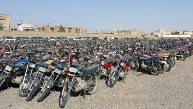 تصویر از موتور سیکلتهای رسوبی قشم آماده ترخیص است