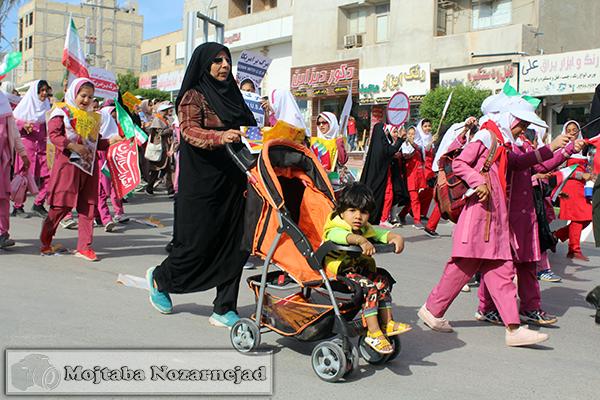 تصویر از راهپیمایی ۱۳ آبان در قاب ساحل قشم